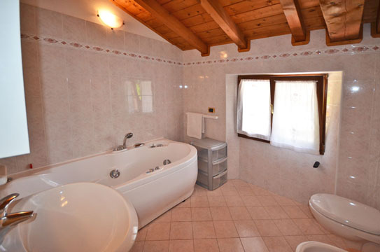 Ferienwohnung mit pool appartement casa miriam comer see for Schicke badezimmer